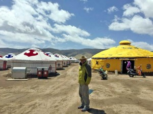 Dahlan Iskan di antara tenda ala Tibet di Qinghai
