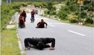 Umat Buddha Qinghai sujud menelusuri jalan 2.000 Km menuju Tibet